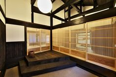 150年的古民家改造案。 位於静岡市清水区由比寺尾的這個古民家改造案,同時獲得「日本漆喰協会第10回作品賞」,是個完全以自然材質恢復古民家風華的案例。由靜岡縣古民家再生協會主導的改修,公共空間部份維持原本建物的深棕色,呈現磅礡宏偉的氣勢,和室部份則以淺色木質作為材料,希望讓木紋的美呈現在空間中。老建具經過補修後,和新的格柵和障子門搭配,讓新舊並存的氛圍讓古民家有不同的表情。 via すまい工房(有)三ツ井工務店