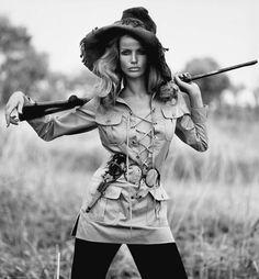 Veruschka, icono de la época, vestida con la chaqueta sahariana beige de algodón de Yves Saint Laurent.
