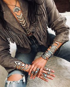 Here is another tremendous boho set@ it is sweet and petite with a sprinkle of bohemian flare. Boho Gypsy, Hippie Boho, Mode Hippie, Estilo Hippie, Bohemian Style, Boho Chic, Bohemian Rings, Hippie Masa, Gypsy Style