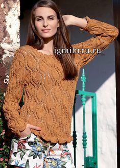 Пуловер цвета охры с узором из листьев.  Легкий пуловер из хлопковой пряжи украшен фантазийным узором из листьев, а также бордюрами из листочков и раковин