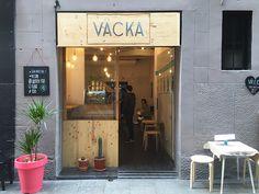 Väcka es un restaurante 100% Vegan, situado en uno de los barrios mas emblemáticos de la ciudad de Barcelona, con muchas opciones raw y sin gluten, y materia prima ecológica. Este local ofrece un abanico grande de propuestas gastronómicas apetecibles como por ejemplo los wafles dulces y salados (hay wafles sin gluten), bocadillos, tablas de toast que son las especialidad del local.