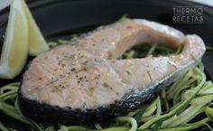 Salmón al vapor con espaguetis de calabacín - http://www.thermorecetas.com/2014/10/22/salmon-al-vapor-con-espaguetis-de-calabacin/