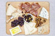 An amazing cheese board! - minus the olives Tapas Recipes, Healthy Recipes, My Favorite Food, Favorite Recipes, Favorite Things, Charcuterie And Cheese Board, Cheese Boards, In Vino Veritas, Wine Cheese