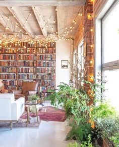 Small book-filled loft in downtown Los Angeles offers a magical aesthetic für lesezimmer Small book-filled loft in downtown Los Angeles offers a magical aesthetic Rustic Loft, Modern Rustic, Downtown Los Angeles, Apartment Design, Apartment Therapy, Apartment Plants, Bedroom Apartment, Loft Apartment Decorating, Cosy Apartment