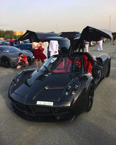 Pagani Huayra made out of exposed Carbon Fiber Photo taken by: Exotic Sports Cars, Cool Sports Cars, Exotic Cars, Pagani Huayra, Top Luxury Cars, Super Sport Cars, Pretty Cars, Mc Laren, Expensive Cars