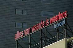 Neonletters van dichter Lucebert aan de Blaak in Rotterdam : Alles van waarde is weerloos (everything of value is defenseless)
