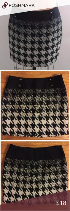 The Limited Collection Black Houndstooth Skirt 0 The Limited Collection Black White Wool Like Houndstooth Variegated Skirt •  Sz 0 • straight cut miniskirt • Black lacquer buttons • Black and white large houndstooth • fully lined • Side zipper closure • 100% acrylic • 14 inch waist • 15 inch length • 17.5 inch hips • Very good be left condition, no imperfections, no signs of wear The Limited Skirts Mini
