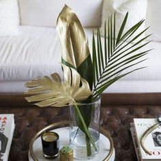 Chic DIY Gold Painted Tropical Leaves Lifestyle tips by Louise Roe Tropical Home Decor, Tropical Houses, Tropical Interior, Tropical Furniture, Tropical Bathroom Decor, Gold Diy, Wedding Shower Decorations, Table Decorations, Estilo Tropical