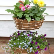 Brighten up your porch and gardgen with easy farmhouse style planters.