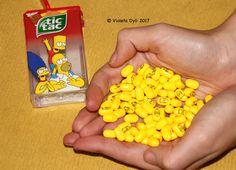 Caramelle tic tac di colore giallo .