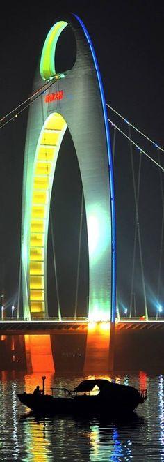 """La torre centrale del """"Liede Bridge"""", #ponte sospeso che attraversa il fiume Pearl, #Guangzhou, Cina. Inaugurato il 31 luglio del 2009 è lungo 4,3 Km e ha una larghezza massima di 219 metri (6 corsie di marcia). Condividete e seguiteci su: http://momentoingegneria.wordpress.com/"""
