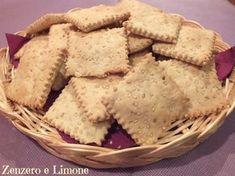 Questi crackers ai semi di sesamo sono davvero una sfiziosità. Buonissimi, croccanti e il sesamo conferisce loro quel caratteristico saporino..irresistibile