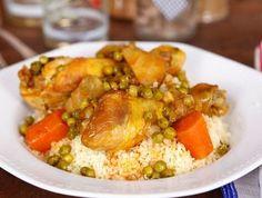 מתכון לתבשיל עשיר של שוקי עוף עם גזר, תחתיות ארטישוק, אפונה והמון תבלינים, עם קוסקוס מהיר ומתובל בשום. ארוחה מעולה בשעה אחת