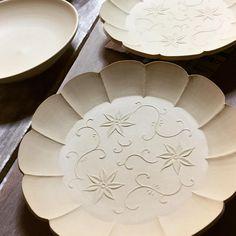 ・ 冬はゆっくり乾燥できるので、型打ちがやり易いです。 ろくろ挽きしたお皿(左上)が、型を使うとこんな感じになるなんて〜、あ〜ら不思議。 陽刻鉄線文輪花5寸皿 ・ Clematis flowers ・ #器#うつわ#陽刻 #pottery #ceramics #porcelain #handcraft #tableware