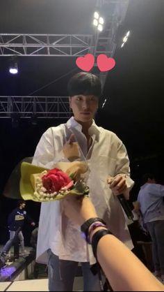 his reaction when someone gave him flowers aaaah he's so cute Kim Jinhwan, Chanwoo Ikon, Pop Crush, Ikon Songs, Funny Fights, Ikon Member, Koo Jun Hoe, Boyfriends