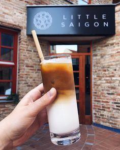 Ledová káva je skvělá - výborně chutná a ještě k tomu úžasně osvěží. Máme pro vás 5 receptů na nejlepší ledový kávový nápoj. Glass Of Milk, Food And Drink, Drinks, Drink, Beverage, Drinking