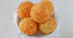 Crispy Cheddar potato balls is a great way to use up your leftover mashed potato! Finger Food Appetizers, Appetizer Recipes, Aperitivos Finger Food, Potato Balls Recipe, Cheesy Potatoes, Mashed Potatoes, Potato Dishes, Potato Recipes, Relleno