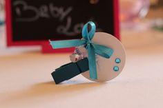 Porte-nom pince avec son nœud papillon et strass bleus.