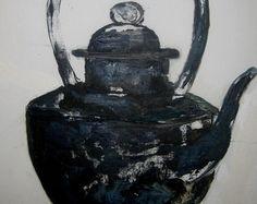 C'est une peinture à l'huile qui représente une théière noire C'est un objet chinois assez curieux car cette théière est en bois. c'est un objet traditionnel Je l'ai peinte au couteau sur une toile blanche , collée sur une planche Elle mesure 26 cm x40 Elle est signée, estampillée A.A.F ( ateliers d'arts de France ) et est prête à être accrochée