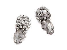 Länge: ca. 3,8 cm. Gewicht: ca. 19,5 g. Platin. Rhodiniert. Verspielte, dekorative Ohrclipse mit Diamanten im Alt- und Baguetteschliff, zus. ca. 5,40 ct....