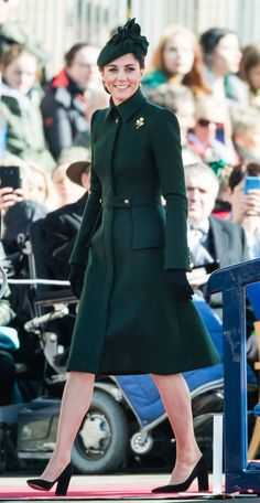 Kate Middleton and Prince William stepped out to celebrate St. Patrick's Day The Duke and Duchess of Cambridge visited the Battalion Irish Guards. For the occasion, Kate wore a bespoke green Alexander McQueen coat. Kate Middleton Coat, Estilo Kate Middleton, Kate Middleton Outfits, Kate Middleton Fashion, Duke And Duchess, Duchess Of Cambridge, Royal Fashion, Fashion Photo, Kate And Meghan