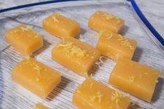 Smörkola, en härligt gräddig, smörig och krämig kola med en frisk syra från citron får verkligen gommen att slå frivolter av smaklycka. Perfekt godis att göra själv då det är väldigt enkelt…