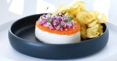 Lions room luxury with cream cheese, red onion & country chips, Food And Drinks, Lions room luxury with cream cheese, red onion & country chips. Seafood Recipes, Wine Recipes, Snack Recipes, Snacks, I Love Food, Good Food, Yummy Food, Fruit Appetizers, Swedish Recipes