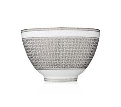 Unique plates, dishes or cutlery molded with finesse. Tea and coffee service, bowls or decorative pieces made with refinement in our Hermès online store