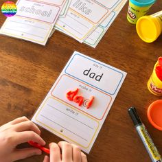 Teaching Sight Words - practical ways to teach high frequency words plus printable sight word mats to use Phonics For Kids, Preschool Literacy, Early Literacy, Teaching Sight Words, Sight Word Activities, Phonics Activities, Word Bingo, Sight Word Flashcards, Sight Words Printables