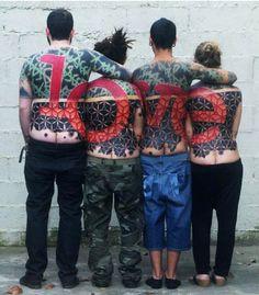 Tatuagens coletivas só mostram o desenho final quando tatuados estao juntos http://www.bluebus.com.br/tatuagens-coletivas-mostram-o-desenho-final-quando-tatuados-estao-juntos/