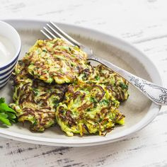 Delicious cauliflower, corn and zucchini fritters with vegetables and nutritionally beneficial spices. A quick snack or an easy meal that takes just 20 min. How To Cook Cauliflower, Cauliflower Recipes, Potato Recipes, Zucchini Pancakes, Zucchini Pasta, Recipe Zucchini, Cauliflower Fritters, Zucchini Fritters, Zucchini Puffer