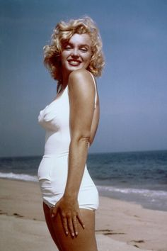 Hollywood Nymph Celebrity Marilyn Monroe Exclusive Above One Hundred Sixty Sexy Bikini Pictures Collections For Her Die Hard Fans, She Is One & Only Actress Who Have Billions Of Fans Marilyn Monroe Hair, Marilyn Monroe Fotos, Marilyn Monroe Swimsuit, Divas, Retro Mode, Hair Magazine, Norma Jeane, Bikini Pictures, Looks Cool
