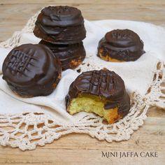 Le Mini jaffa cake sono tortine morbide con una base di pan di Spagna alla quale viene aggiunta una gelatina di arancia e una copertura di cioccolato