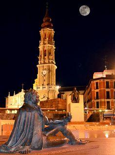 Plaza de las Catedrales, Monumento a Francisco de Goya, y al fondo el reloj de la Catedral del Salvador La Seo, que compite en altura con la luna, que ilumina