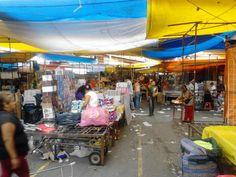 """Mercado del Baratillo. Esta zona del barrio vende calzado, ropa de paca y maquillaje de marca; sin embargo, todo este comercio no paga arancel, por lo cual se le denomina """"pirata""""."""