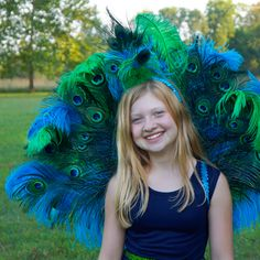 This gorgeous peacock Halloween costume DIY is easier than you think! Wow other party goers this Halloween with a stunning DIY peacock tail. Girls Peacock Costume, Peacock Halloween Costume, Homemade Halloween Costumes, Halloween Kostüm, Vintage Halloween, Peacock Dress, Vintage Witch, Halloween Photos, Halloween Makeup