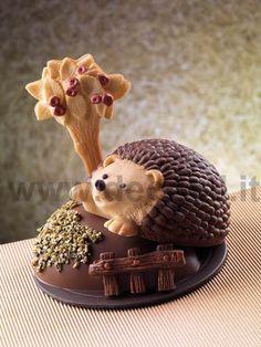 Il riccio Ricciolino si riposa all'ombra dell'albero mela che insieme allo steccato realizzano una magnifica scenografia che può essere regalata a Pasqua. Lo stampo è acquistabile online su www.decosil.it #pasqua #easter #animali #cioccolato #molds #chocolate #animals
