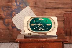 Vintage alarm clock Diamond, Shanghai wind up desk clock, Chinese mechanical alarm clock, Green clock, Industrial, Home office decor. Old Chinese clock Diamond from the late 60s and early 70. Alarm mechanical. In good vintage condition. Measures: 7 x 4.3 x 2.4 in (17 x 12 x 6 cm).