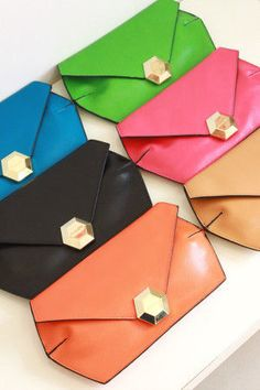 Carteras elegantes para ocasiones especiales. Clothes For Sale, Custom Clothes, Mens Gym Bag, Small Leather Wallet, Cosmetic Pouch, Beautiful Bags, Small Bags, Wallets For Women, Leather Craft