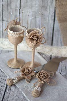 Rustic burlap roses wedding toasting flutes and cake cutting set, Bride and Groom wedding set. Add a beautiful touch to any outdoor wedding, country western wedding, barn wedding, rustic style wedding. Suitable as a wedding gift as well. This set contains: - 2 champagne toasting flutes