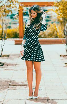 Thassia Naves usa vestido curto de poas e scarpin nude