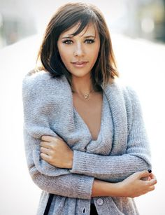 """Rashida Jones - love on her on """"Parks and Rec"""" and loved her script for """"Celeste and Jesse Forever"""" - I don't think she gets enough credit for that. For bangs Rashida Jones, Pretty People, Beautiful People, Beautiful Women, Blond, Thin Hair Cuts, Fall Sweaters, Up Girl, Girl Crushes"""