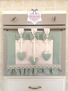 This is great for when you got guests comin round but dont want them to know you havnt cleaned the manky oven lol Set Cucina Shabby chic Cortinas Shabby Chic, Rideaux Shabby Chic, Sewing Crafts, Sewing Projects, Projects To Try, Shabby Chic Accessories, Chabby Chic, Linen Storage, Kitchen Curtains
