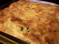 Massa:  - 1 xícara de leite  - 4 ovos  - 1 xícara de óleo  - 2 colheres de sopa de queijo ralado  - 1 tablete de caldo de sua preferência  - 1 xícara e 1/2 de farinha de trigo com fermento  - Recheio:  - 2 latas de atum  - 1 caixinha de creme de leite  - 4 colheres de sopa de molho de tomate  - 50 g de queijo ralado  - Sal a gosto  - Salsinha  - Queijo ralado para polvilhar  -