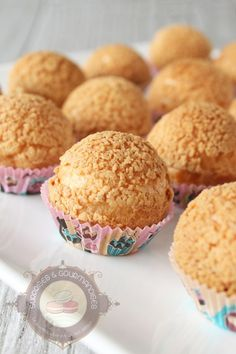 Plus de 2 ans après avoir publié cette recette, je la repartage à nouveau avec de nouvelles photos bien plus alléchantes que celles postées à mes débuts. C'est l'une de mes recettes fétiches : des choux garnis de crème pâtissière à la vanille. Un régal tout simplement, pour les pupilles et les papilles! La pâte … … Lire la suite → Mini Desserts, Just Desserts, Madeleine Cake, Blog Patisserie, Choux Pastry, Homemade Butter, Cold Meals, Eclairs, Profiteroles