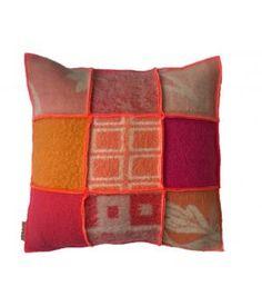Kussen met een hoes van wollen dekens in roze/ rode/ fuchsia/ oranje kleuren. De hoes sluit met een knoopsluiting aan de achterzijde en is wasbaar op wolwasprogramma. Prijs is inclusief stevig binnnenkussen. Ook op bestelling in andere kleuren te mak