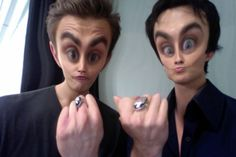 The Vampire Diaries Paul Wesley(Stefan) & Ian Somerhalder(Damon), I've seen this picture a couple times and it always makes me laugh a little. Vampire Diaries Memes, Vampire Diaries Damon, The Vampires Diaries, Serie The Vampire Diaries, Ian Somerhalder Vampire Diaries, Vampire Daries, Vampire Diaries Wallpaper, Vampire Diaries The Originals, Vampire Diaries Rings
