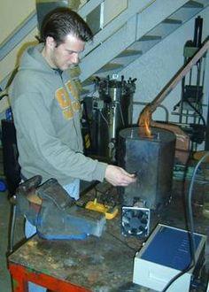 Strømproduksjon fra små ovner til uland  I et nyt projekt ved Universitetet i Agder undersøger vi, hvordan man kan lave strøm med små ulandsovne, som typisk har en varmeydelse på 1 kW. I denne lille skala fungerer motorer og turbiner ikke optimalt.