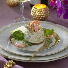 Festlig rund räkbakelse med ägg och dill Zucchini Curry, Sandwich Cake, Swedish Recipes, Lchf, Salmon Burgers, Starters, Finger Foods, Tapas, Seafood