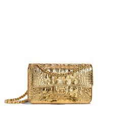 Handbags of the Métiers d'Art Paris-New York CHANEL Fashion collection : Small Classic Handbag, metallic crocodile embossed calfskin & gold metal, gold on the CHANEL official website.
